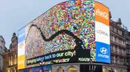 伦敦皮卡迪利圆环的大型电子广告牌再一次亮起